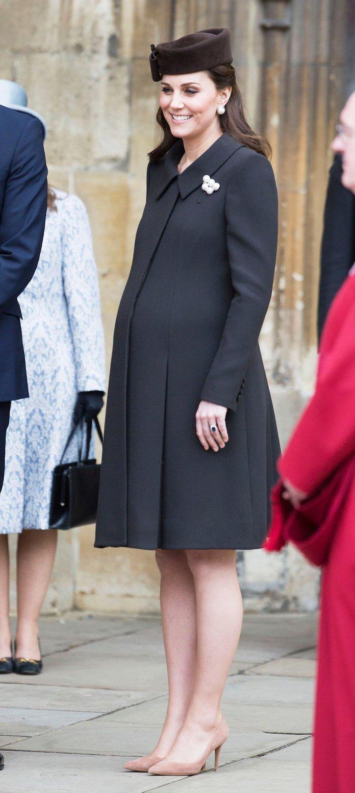"""3cca47f48a69c Kate Middleton'un gece kıyafetleri için sıklıkla tercih ettiği  tasarımcıların başında, gelinliğinin de tasarımını yapan """"Alexander McQueen  ve Jenny Packham"""" ..."""