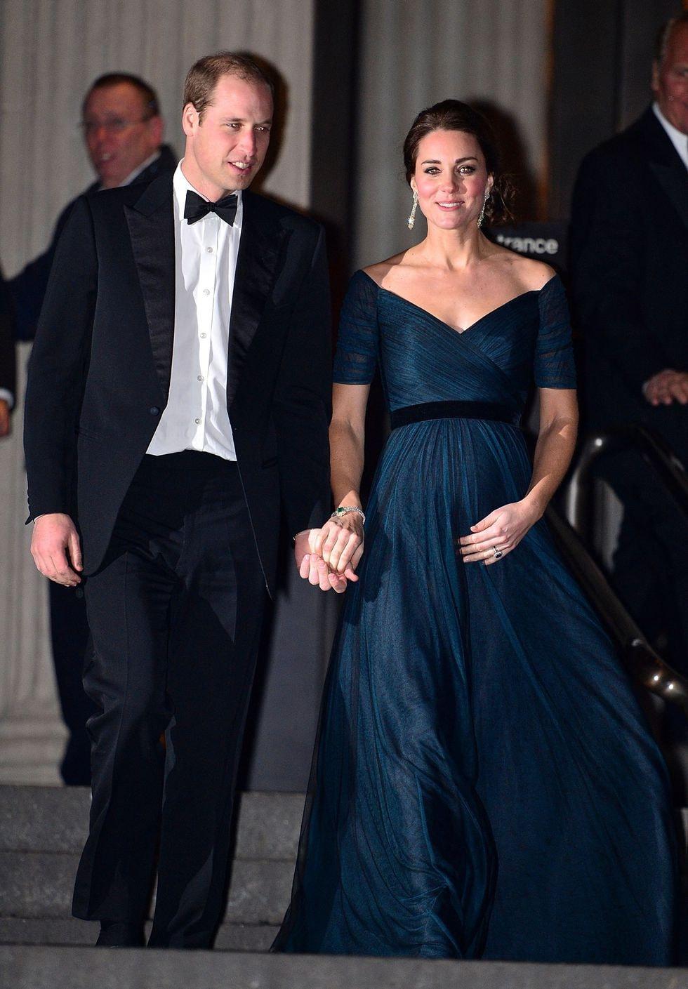 """4ba32114e1cf9 Middleton, kasım ayında Londra'daki Kraliyet Variety Performansını  izleyeceği gece için de çarpıcı, uzun kollu, ışıltılı mavi bir """"Jenny  Packham"""" elbisesi ..."""