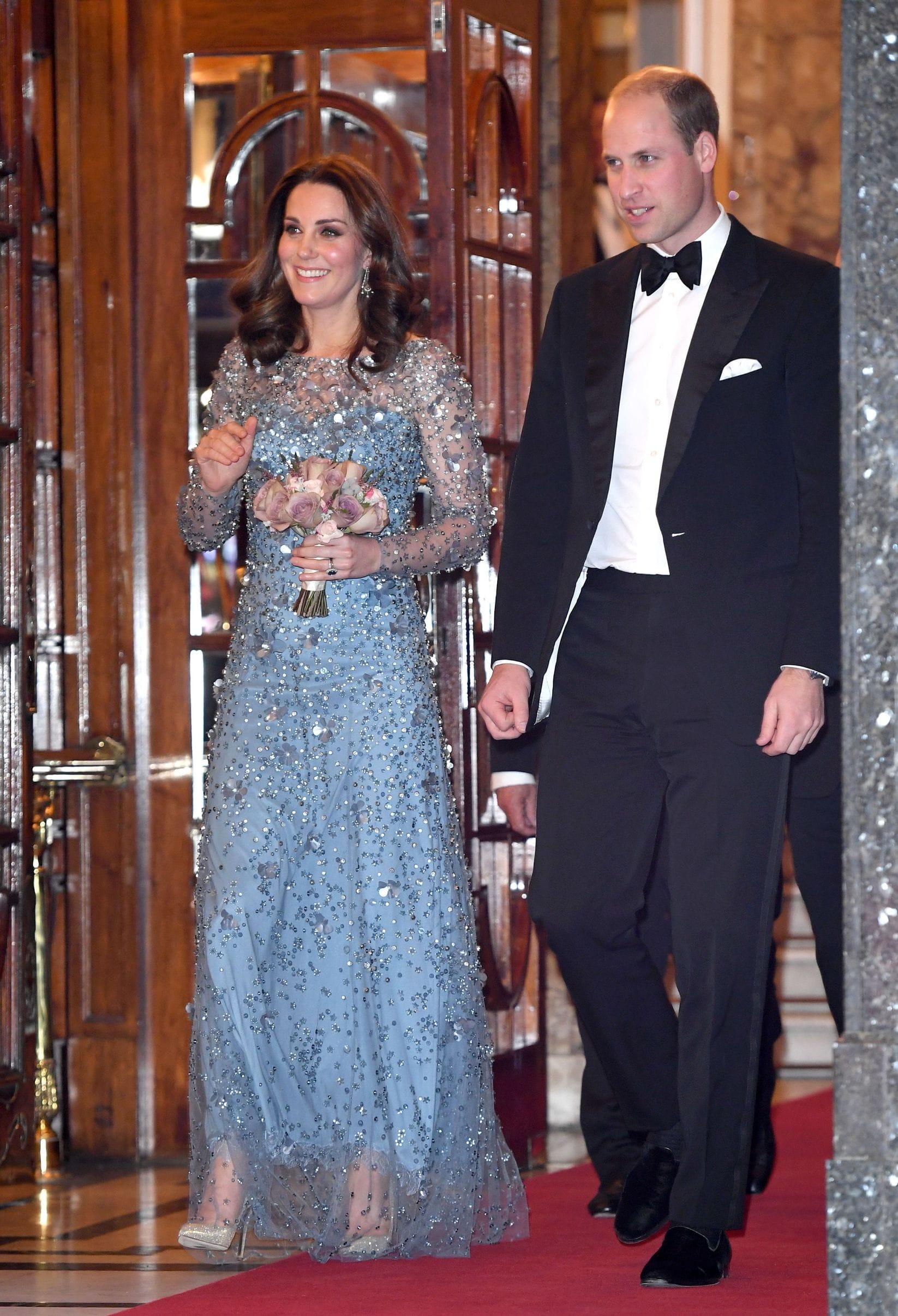 """f6b29fc3fc431 Geçtiğimiz şubat ayında Norveç Kraliyet Sarayı'ndaki resmi akşam yemeği  için, Düşes, """"Alexander McQueen"""" imzalı somon rengi, pelerin detaylı bir  elbise ..."""