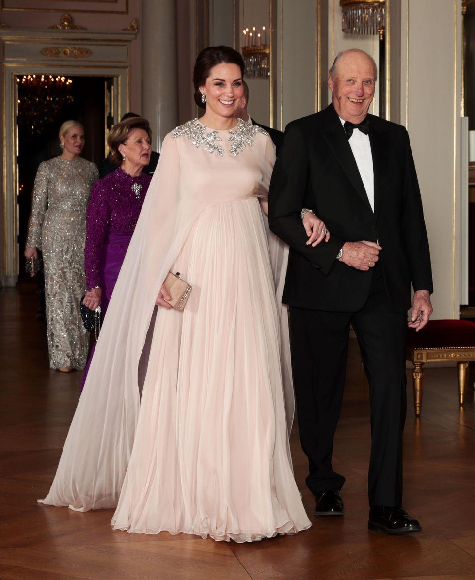 """8a2aa748c3815 Düşes Kate kısa kollu, V yaka ve kemer detayına sahip orman yeşili """"Jenny  Packham"""" elbisesi giydi. Middleton, ışıltılı elmas ve zümrüt ..."""