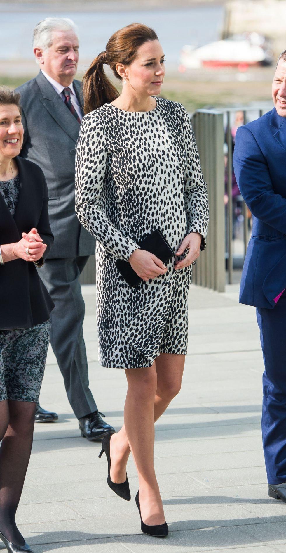 """ee0f2e1e7f2b6 Kate'in hamileyken yaptığı en şık seçimlerden biri """"Emilia Wickstead""""  tasarımı mavi renkli elbisesiydi. Sade şıklığını gri renk """"Rupert  Sanderson"""" ..."""